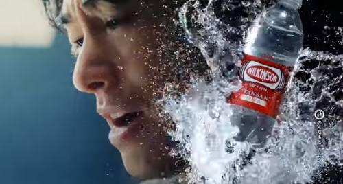 ウィルキンソンCMの俳優は誰?逆立ちして炭酸水を取る男性がすごい!(ディーン フジオカ)